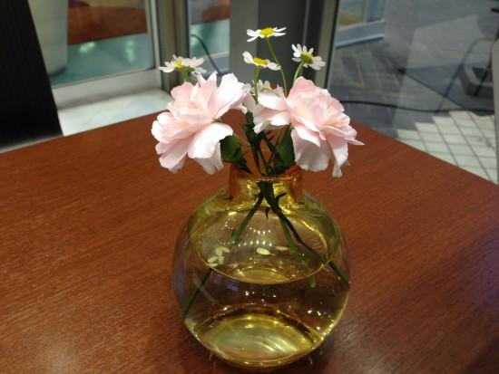 机の上の花