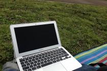 広場とMacBook Air