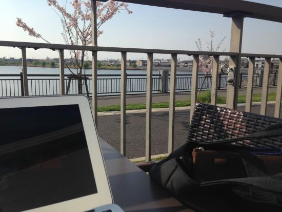 テラス席とMacBook Air