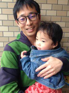 子供を抱えた画像